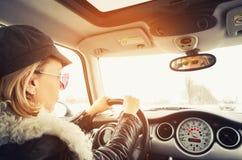 坐在一辆小汽车的行家妇女 免版税库存照片