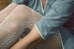 坐在一件蓝色礼服的妇女 免版税库存图片