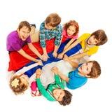 坐在与俄罗斯的旗子的一个圈子的愉快的孩子 库存照片