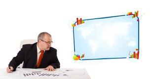 坐在与复制空间的服务台的生意人 免版税库存图片