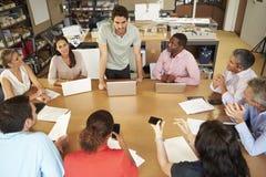 坐在与膝上型计算机和片剂的表会议上的建筑师 免版税库存图片