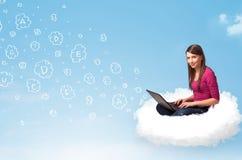 坐在与膝上型计算机的云彩的少妇 库存图片
