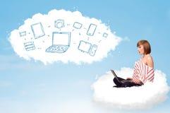 坐在与膝上型计算机的云彩的少妇 库存照片