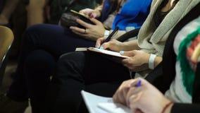 坐在业务会议上和做在笔记本的播种的观点的妇女笔记 影视素材