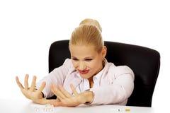 坐在书桌后的女商人不要抽烟 库存照片