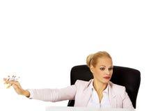坐在书桌后的女商人不要抽烟 库存图片