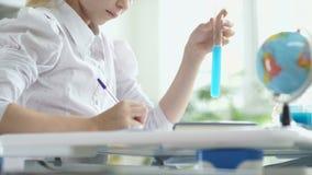 坐在书桌和写某事的女孩 女小学生 影视素材