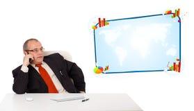 坐在书桌和打与拷贝sp的商人一个电话 免版税库存图片