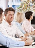 商人在会议上在办公室 免版税库存图片