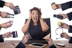坐在书桌的女商人在办公室 库存照片