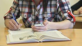 坐在书桌的女孩在习字簿写文本 影视素材