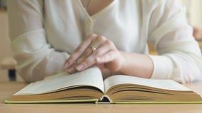 坐在书桌的女孩翻转课本页  影视素材