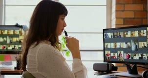 坐在书桌的女性图表设计师在办公室4k 影视素材