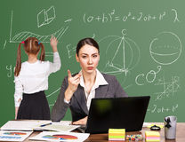 坐在书桌的老师 图库摄影