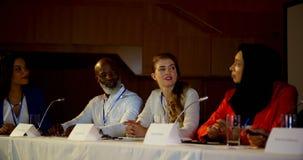 坐在企业研讨会的桌上的不同种族的商人在观众席4k 影视素材