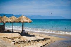 坐在伞下,巴亚尔塔港,墨西哥 库存图片