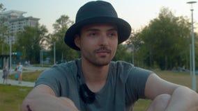 坐在公园的年轻快乐的人 股票视频