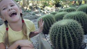 坐在公园的愉快的小女孩 股票视频