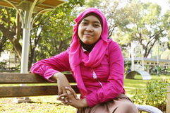 坐在公园的美丽的女性穆斯林 免版税库存图片