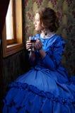 坐在减速火箭的rai小轿车的蓝色葡萄酒礼服的少妇  库存图片