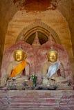 坐在凝思的两个老菩萨雕象在Dhammayangyi pag 免版税库存图片