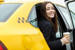 坐在出租汽车的快乐的女孩 免版税图库摄影