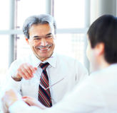 坐在办公室和计划的工作的Businessteam三 免版税库存照片