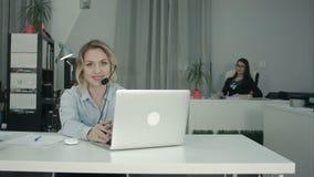 坐在办公室的两名迷人的女工 影视素材