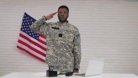 坐在办公室的伪装的美国黑人的男性士兵 影视素材