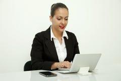 坐在办公室的秘书 免版税库存照片
