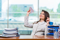 坐在办公桌的女实业家 库存照片