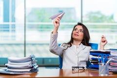 坐在办公桌的女实业家 免版税图库摄影