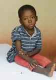 坐在医院的小男孩等待得到射入 免版税库存图片