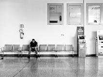 坐在医院的成人人等待 免版税库存图片