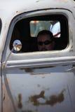 坐在卡车的驾驶低底盘汽车兜风者 免版税库存图片