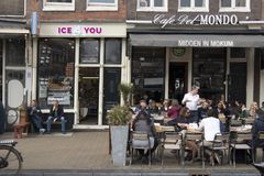 坐在咖啡馆之外的人们吃午餐 免版税图库摄影