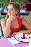 坐在咖啡馆和休息的妇女 免版税库存图片