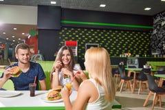 坐在咖啡馆和吃美味的便当的公司 图库摄影