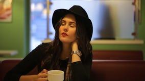 坐在咖啡馆和梦想的少妇美丽 影视素材