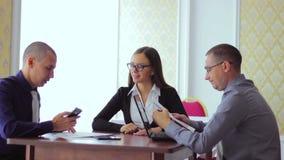 坐在咖啡馆小组业务会议 股票视频
