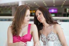 坐在咖啡馆的二个女孩 库存图片