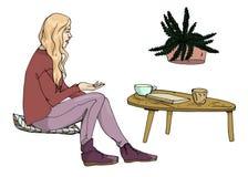 坐在咖啡馆的传染媒介时尚例证白肤金发的女孩用咖啡和智能手机在紫罗兰、伯根地和浅褐色的颜色, 向量例证