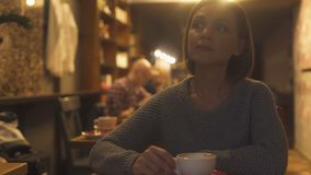 坐在咖啡馆的哀伤的妇女,痛苦地体验终止,寂寞,危机 股票视频
