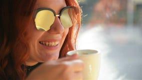 坐在咖啡馆的妇女画象  愉快的夫妇有浪漫日期 获得很多乐趣一起花费时间的他们 股票录像
