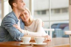 坐在咖啡馆的爱恋的夫妇 图库摄影