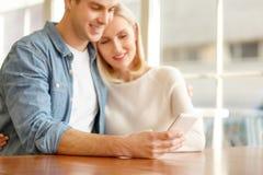 坐在咖啡馆的爱恋的夫妇 免版税库存照片