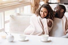 坐在咖啡馆的高兴的年轻非裔美国人的夫妇 免版税库存图片