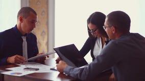 坐在咖啡馆自由职业者的业务会议 影视素材