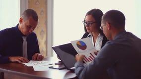 坐在咖啡馆自由职业者的业务会议 股票录像