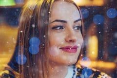 坐在咖啡馆,饮用的咖啡的年轻美丽的妇女 看起来模型 圣诞节,新年,情人节,寒假精读 库存图片
